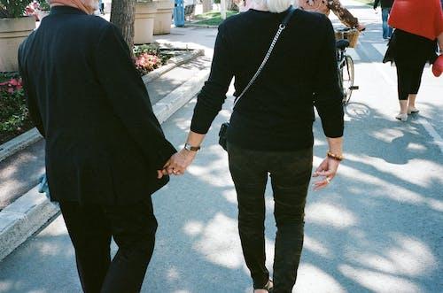 Foto stok gratis bergandengan tangan, cinta, kasih sayang, kaum wanita