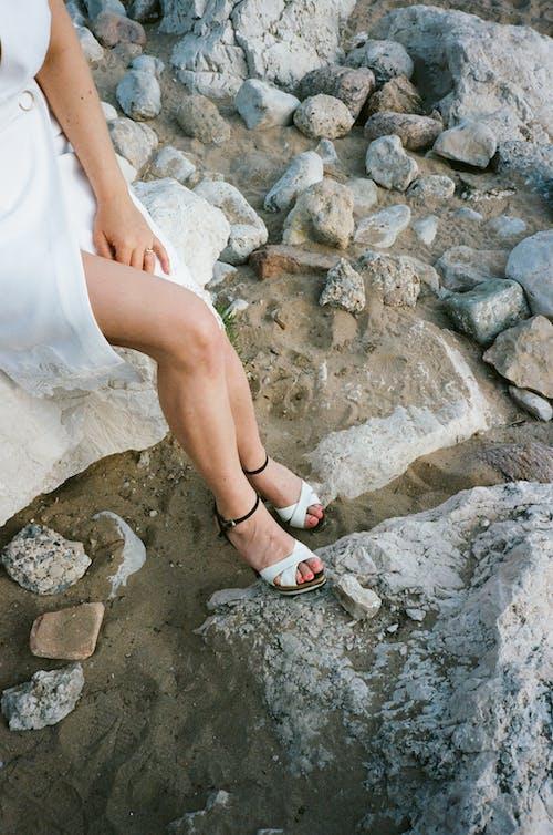 Foto d'estoc gratuïta de cames, dona, peus, roques