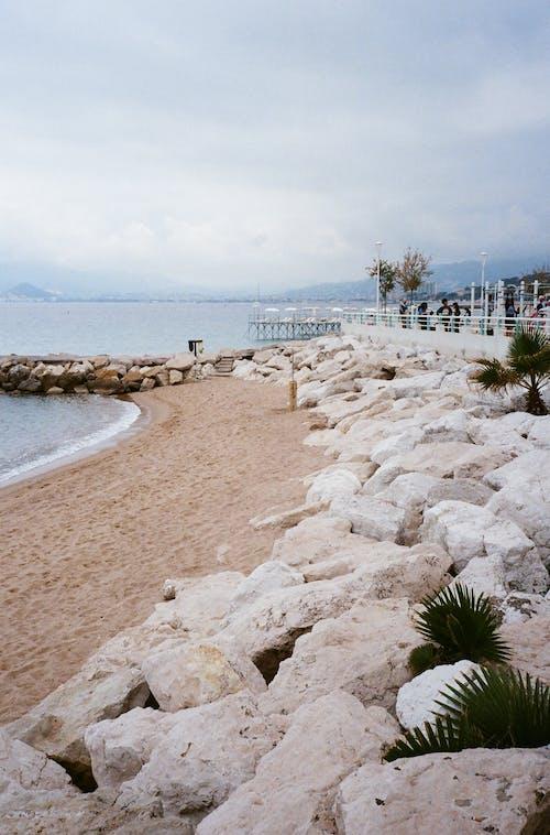 Безкоштовне стокове фото на тему «берег, берег моря, валуни»