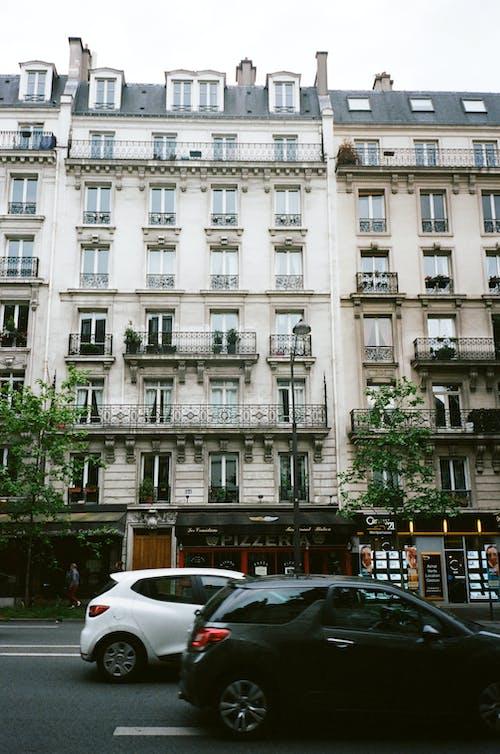 Gratis stockfoto met appartement, architectuur, auto's, bedrijf