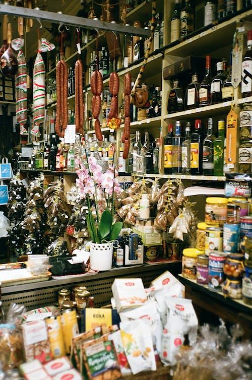 Бесплатное стоковое фото с Ассорти, биржа, бутылки, висячий