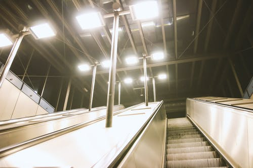 Бесплатное стоковое фото с архитектура, огни, перспектива, потолок