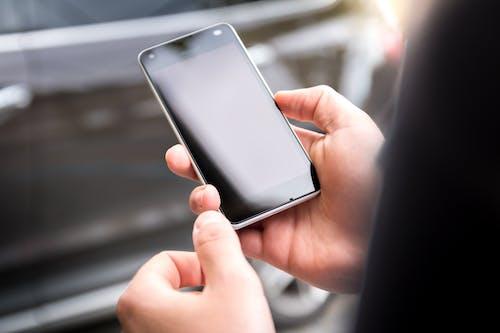 Darmowe zdjęcie z galerii z elektronika, ręce, smartfon, telefon komórkowy
