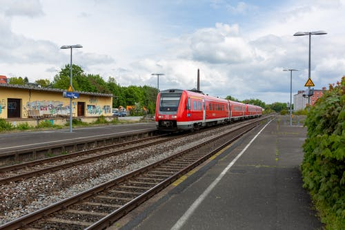 Безкоштовне стокове фото на тему «db bahn, hbf, блакитне небо, залізнична колія»