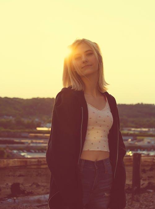 akşam Güneşi, altın rengi Güneş, güzel kız, Kent içeren Ücretsiz stok fotoğraf