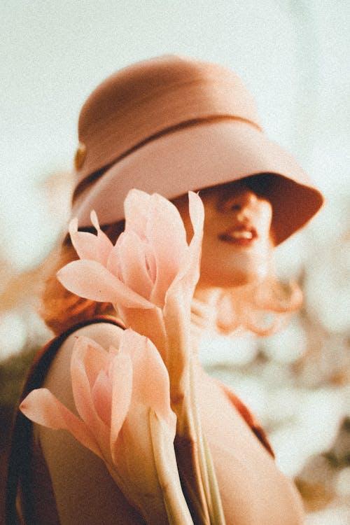 Foto d'estoc gratuïta de barret, color, desgast, dona