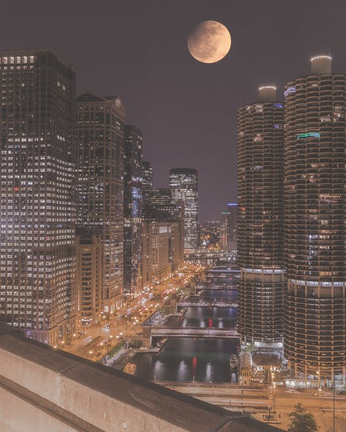 Бесплатное стоковое фото с архитектура, вода, город, луна