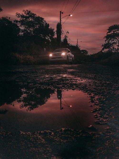 açık hava, akşam karanlığı, araç, araç kullanmak içeren Ücretsiz stok fotoğraf
