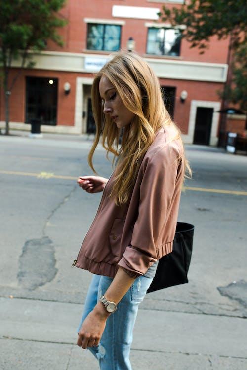 在大街上行走的女人的照片