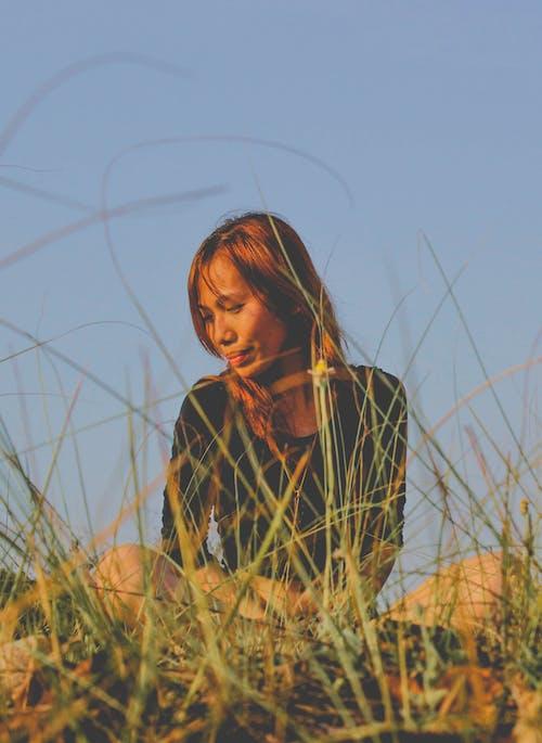 Foto d'estoc gratuïta de a l'aire lliure, asiàtica, assegut, desenfocament