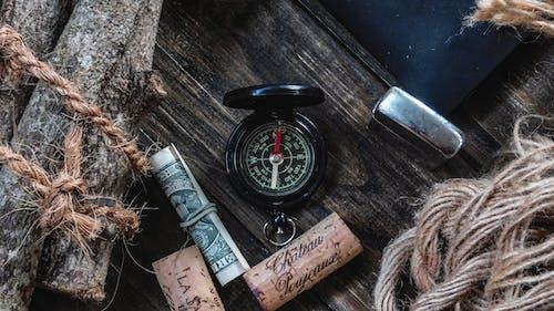 Foto profissional grátis de bússola, compasso, cortiça, dinheiro