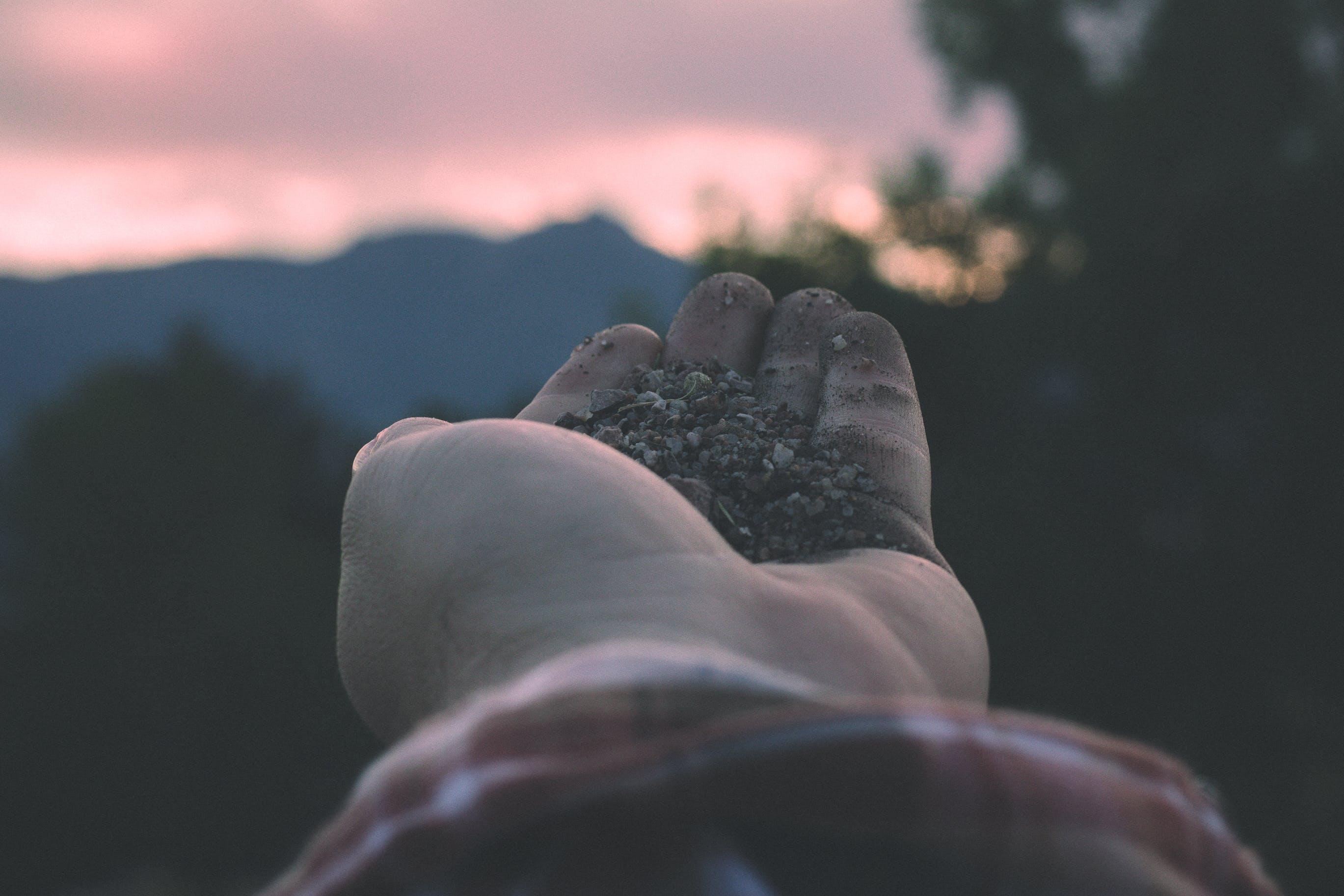 Kostenloses Stock Foto zu berge, felsen, hand, himmel