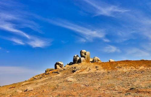 Бесплатное стоковое фото с голубое небо, мшистые камни, облачное небо, скалы