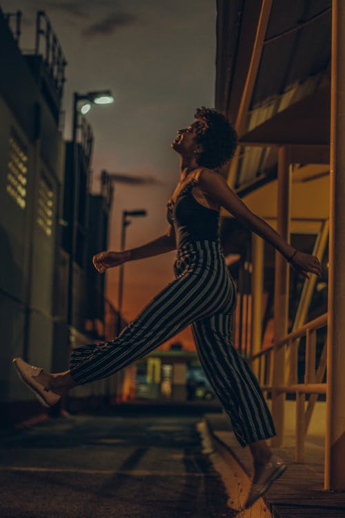 Foto stok gratis bergaya, berjalan, di luar rumah, fashion