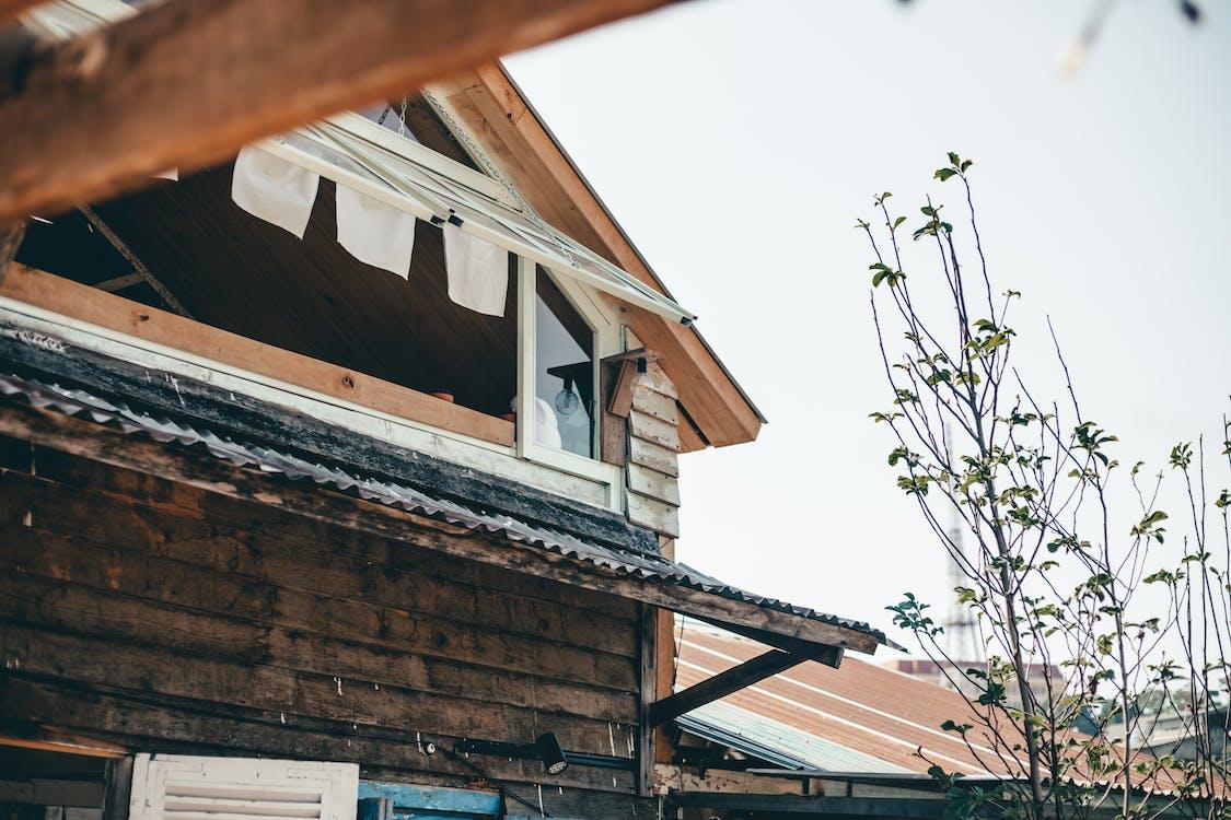 casă de lemn, fereastră de sticlă