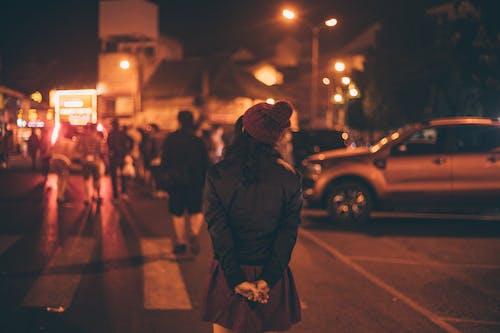 Gratis lagerfoto af alene, Asiatisk pige, gade