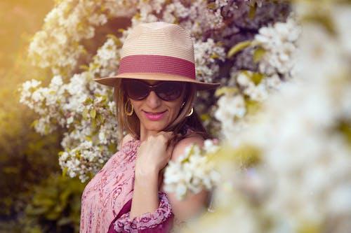 Ilmainen kuvapankkikuva tunnisteilla aurinkolasit, hattu, Kauneus, kauniit kukat