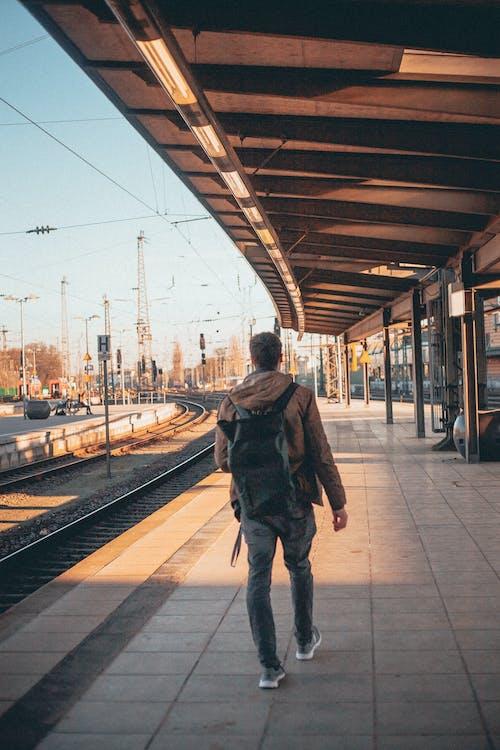 คลังภาพถ่ายฟรี ของ กระเป๋าเป้, การเดิน, คนเดียว, ชานชาลารถไฟ