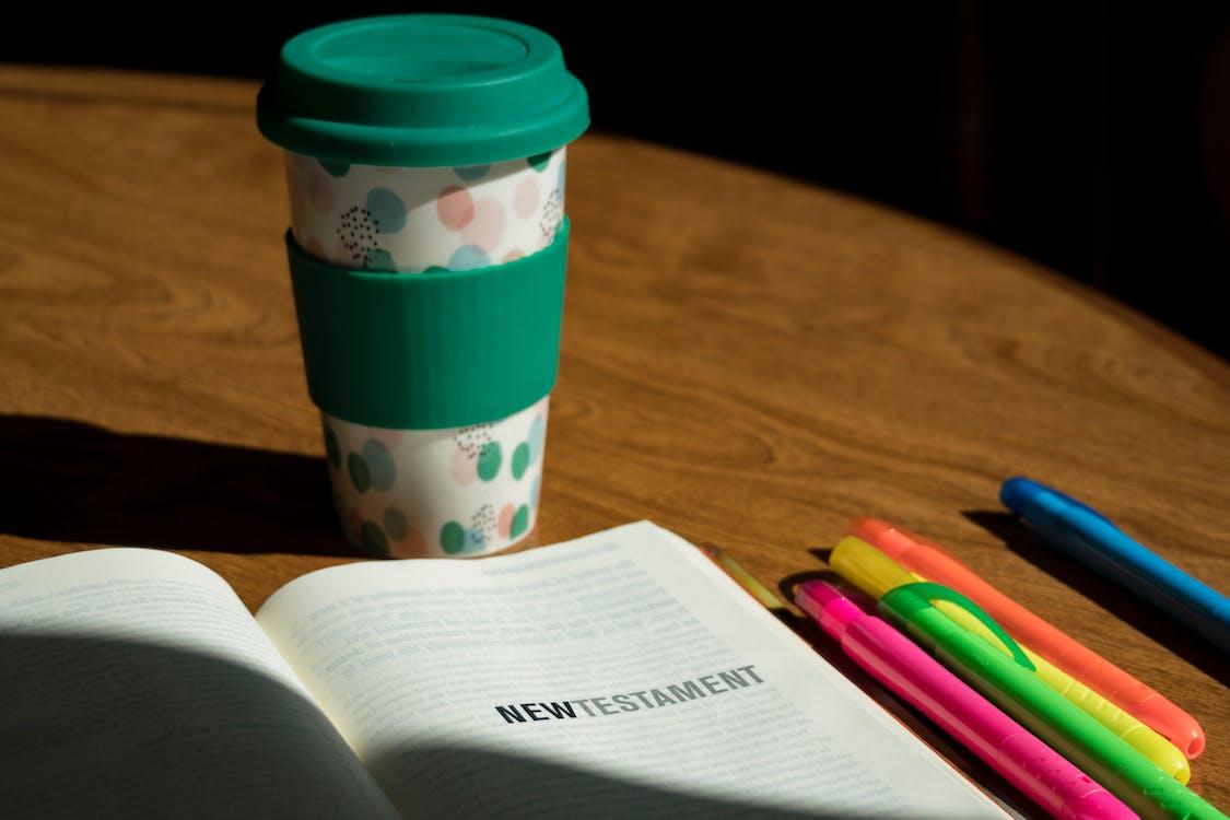 kahvikuppi, korostuskynät, raamattu