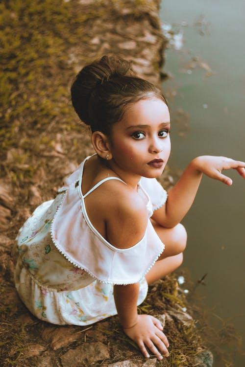 Fotobanka sbezplatnými fotkami na tému biele šaty, bruneta, dieťa, dievča