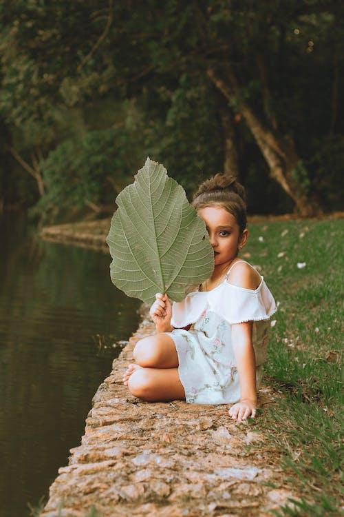 Fotobanka sbezplatnými fotkami na tému dievčatko, krásne dievča, list, sedenie