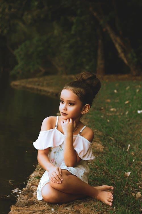 biele šaty, bruneta, dieťa