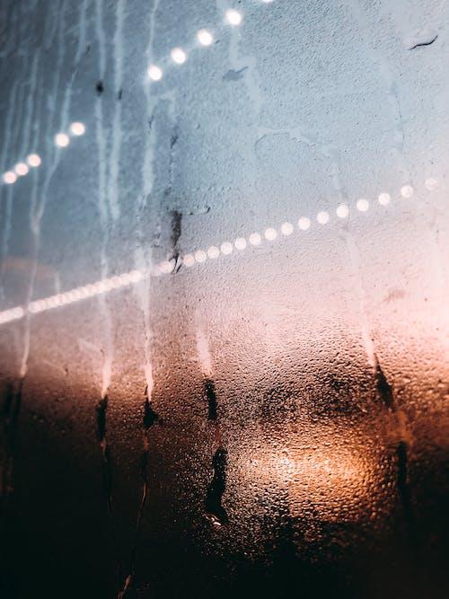Darmowe zdjęcie z galerii z bokeh, mokry, światła, szklanka