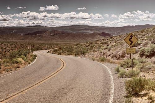 Fotobanka sbezplatnými fotkami na tému arídny, asfalt, cedule, cesta