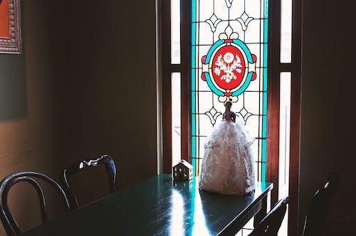 Darmowe zdjęcie z galerii z krzesła, lalka, meble, szklanka