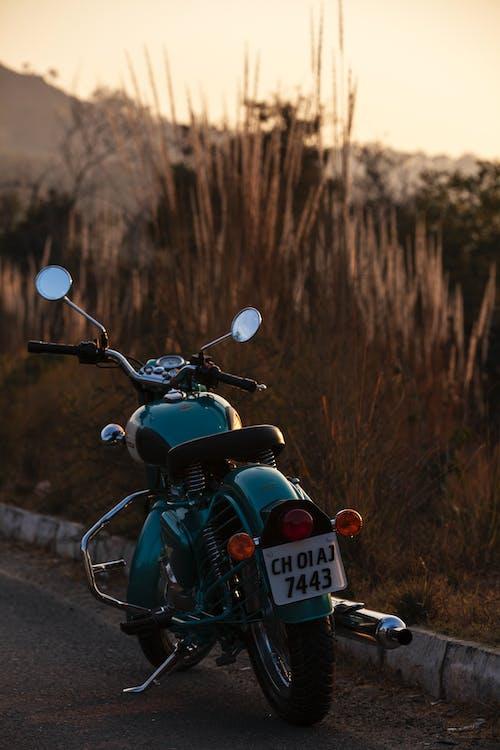 Fotos de stock gratuitas de aparcado, bici, carretera, motocicleta