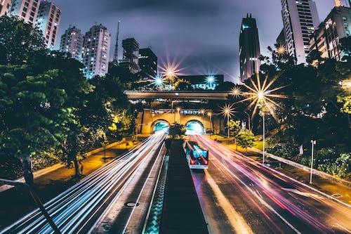 araba, araç, binalar, ışıklar içeren Ücretsiz stok fotoğraf