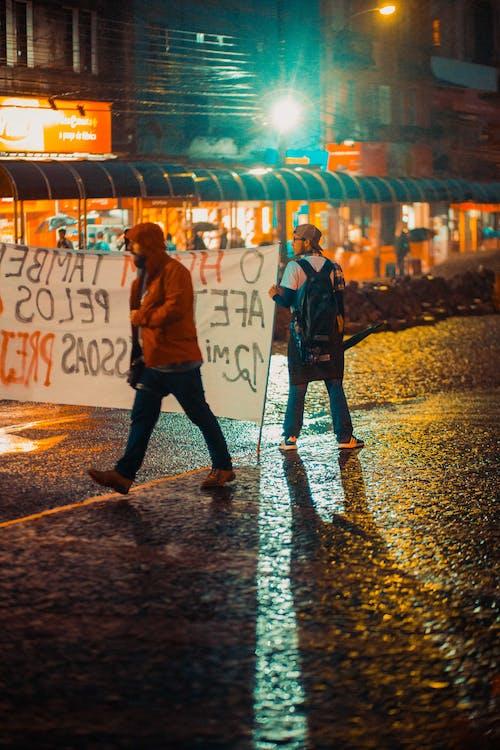 밤, 폭동