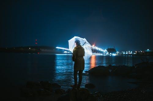 女人, 岸邊, 明尼苏达, 晚上 的 免费素材照片