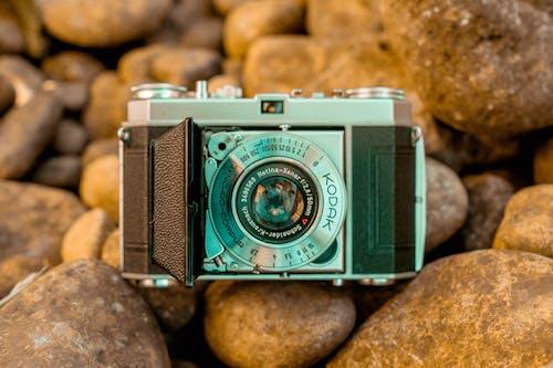 Бесплатное стоковое фото с 1950-е годы, flat lay, kodak, винтажная камера