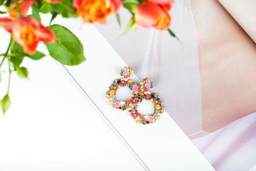 Gratis stockfoto met accessoires, artistiek, bloemen, brouche
