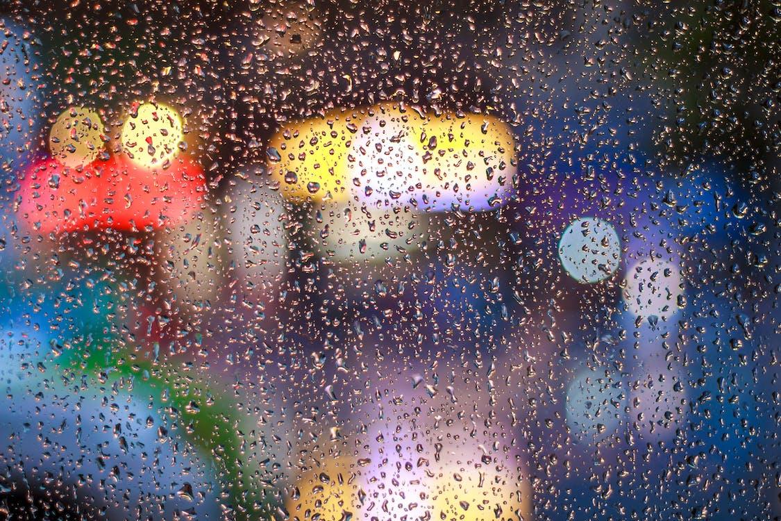 ガラス窓の雨滴