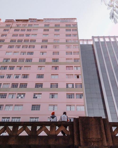 低角度拍攝, 公寓, 城市, 天際線 的 免費圖庫相片