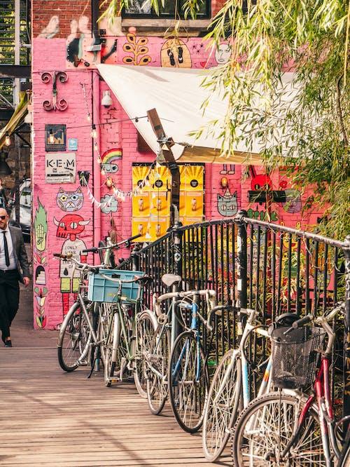 Foto d'estoc gratuïta de a l'aire lliure, aparcat, art de carrer, bicicletes
