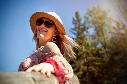 Безкоштовне стокове фото на тему «біляве волосся, вітер, дерева, жінка»