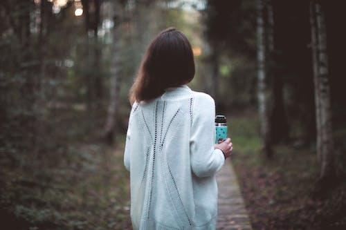 Бесплатное стоковое фото с девочка, деревья, женщина, лес