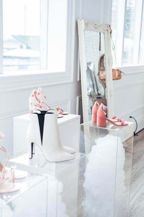 Foto stok gratis alas kaki, dalam ruangan, sepatu, tampilan