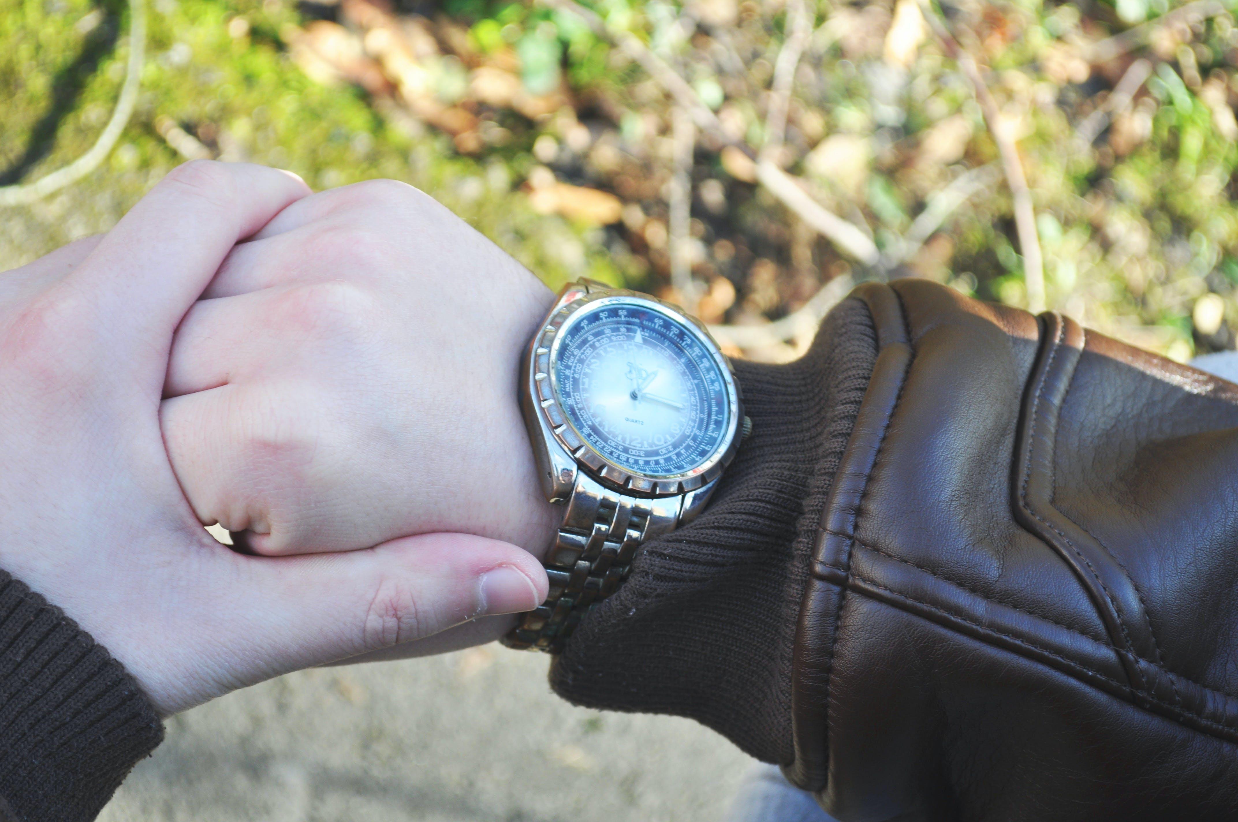 Fotobanka sbezplatnými fotkami na tému čas, kožená bunda, náramkové hodinky, ruky