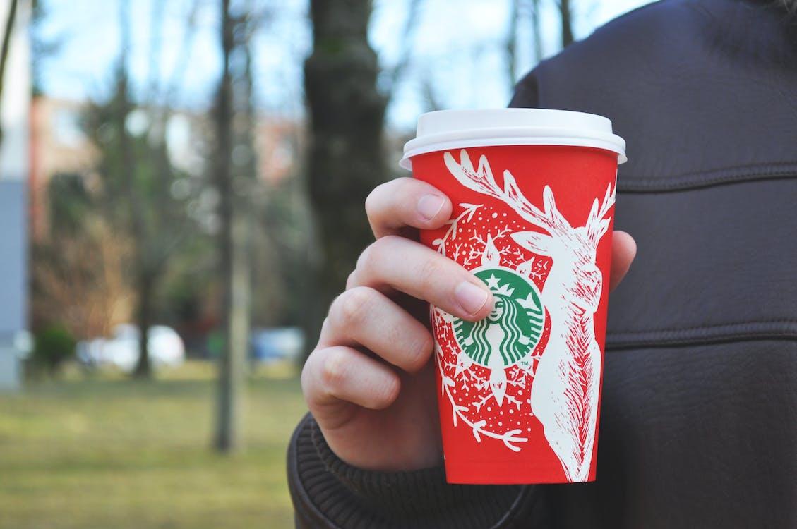 Persona Con Vaso Desechable De Starbucks