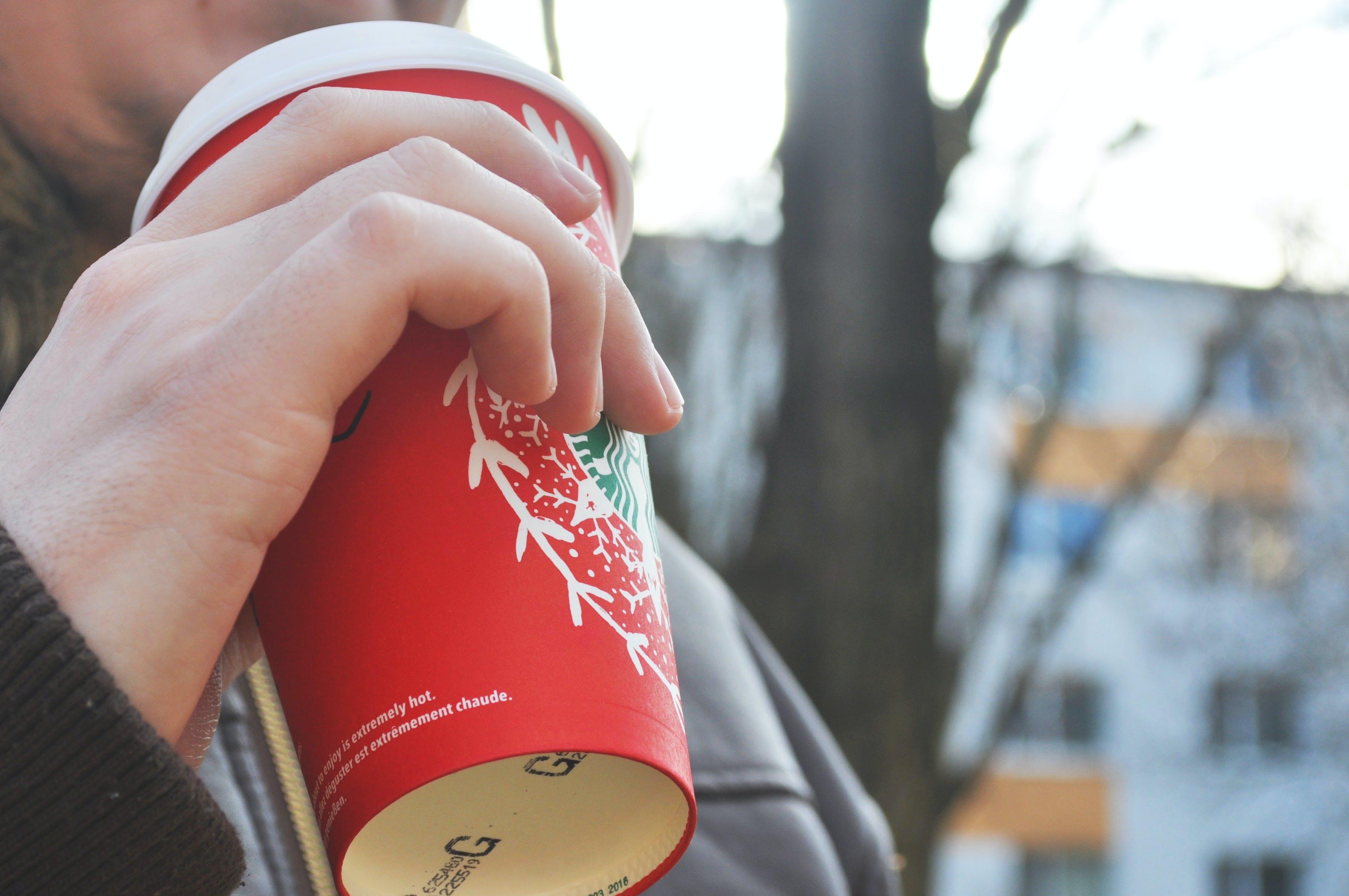Fotobanka sbezplatnými fotkami na tému horúci nápoj, káva, mlieko, ruka