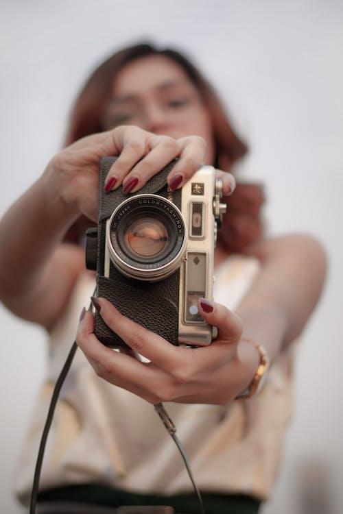 Kostnadsfri bild av kamera, kvinna, makro, person