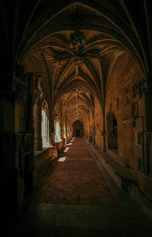 Photos gratuites de arc, architecture, cathédrale, couloir