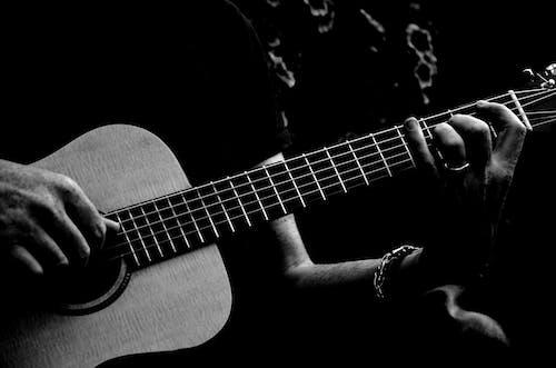 Imagine de stoc gratuită din acustic, alb-negru, artist, cântă la chitară
