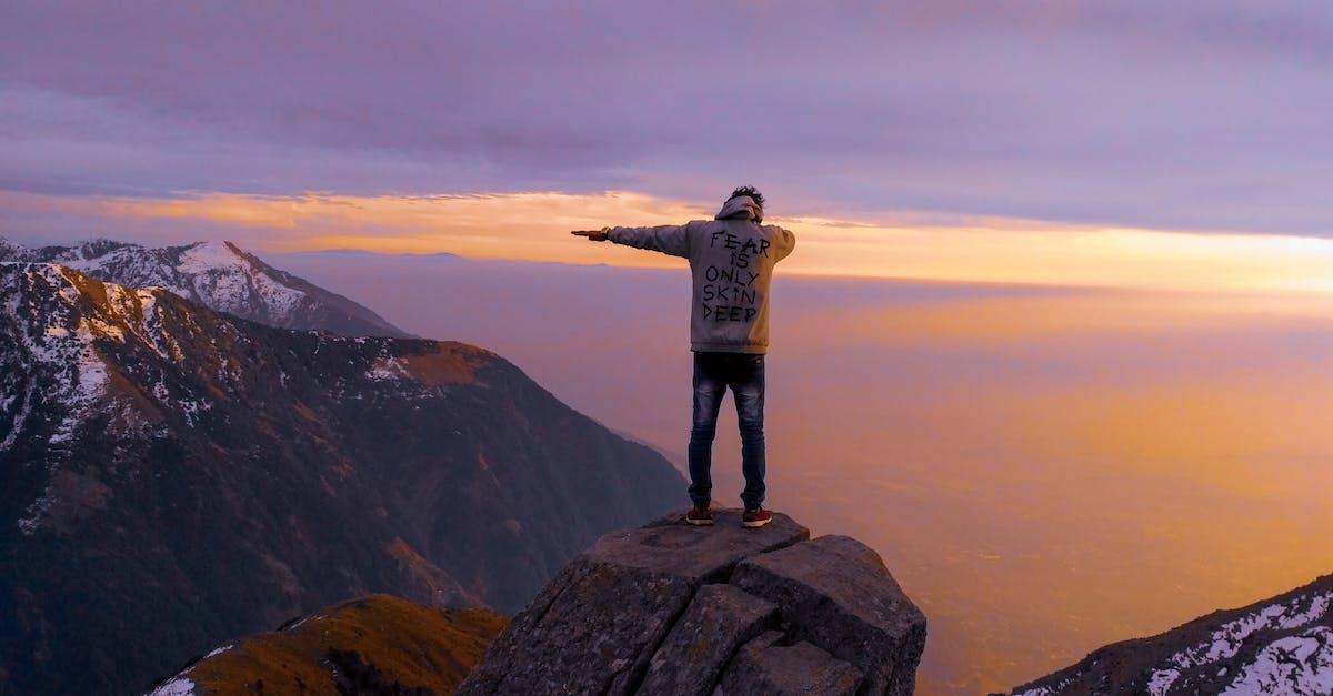 Фотографии человек в горах входит зимнее