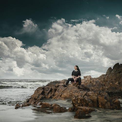 Foto d'estoc gratuïta de aigua, assegut, dona, horitzó