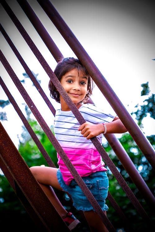 คลังภาพถ่ายฟรี ของ น่ารัก, บันได, ยิ้ม, สาวอินเดีย